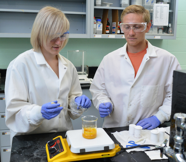 Mallory Clites and Bryan Byles in the Pomerantseva Lab