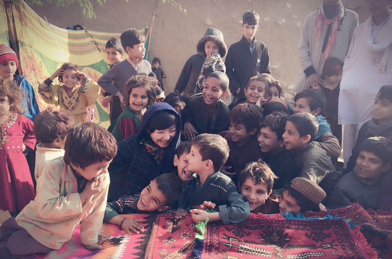 During her five-day trip to Pakistan, Mao Lili met with students at a refugee camp.