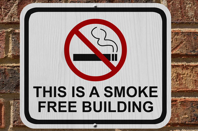 "A warning sign saying ""This is a smoke free building."""