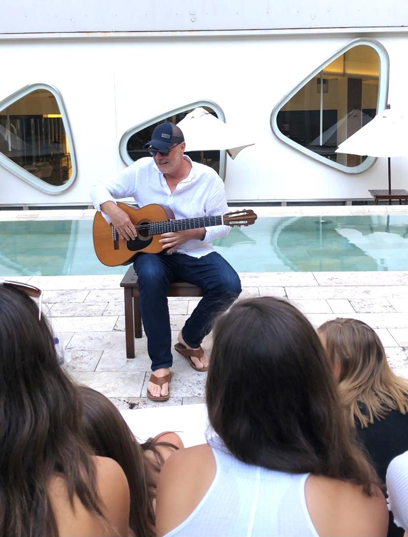 젤머는 2018년 아르헨티나 부에노스아이레스에서 아르헨티나, 우루과이 등 남미를 여행하며 3경기에 출전한 드렉셀 여자 필드하키 대표팀 선수들을 위해 기타를 치고 있다.  Zelmer는 열렬한 기타리스트이자 필라델피아 클래식 기타 협회의 이사이기도 합니다.  Eric Zelmer가 제출한 사진.
